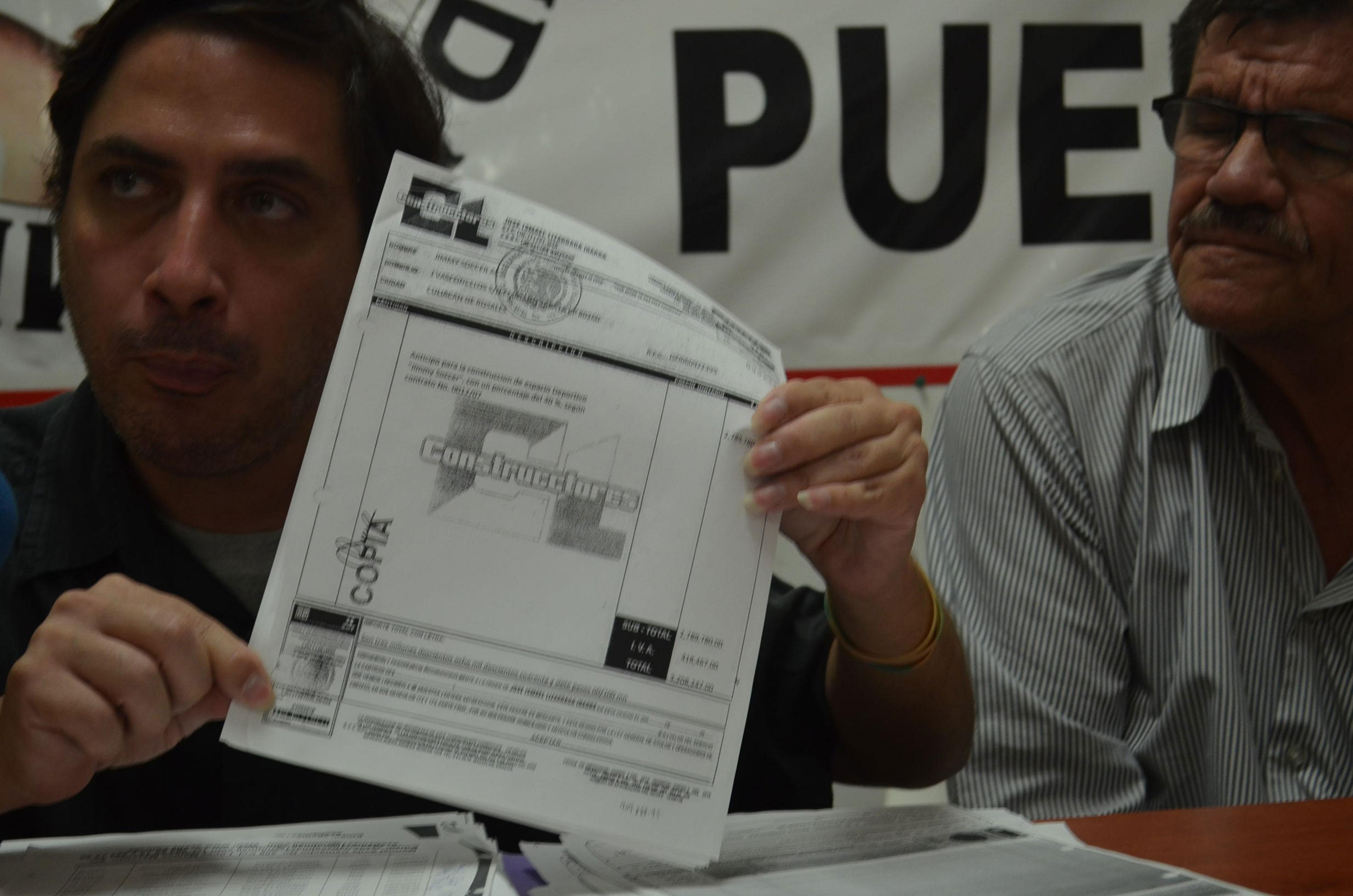 Ernesto Seldaña exhibiendo pruebas que afirman la ilegitimidad de las pruebas presentadas durante el caso de Jimmy Ruiz. Foto: Gabriela Sánchez.