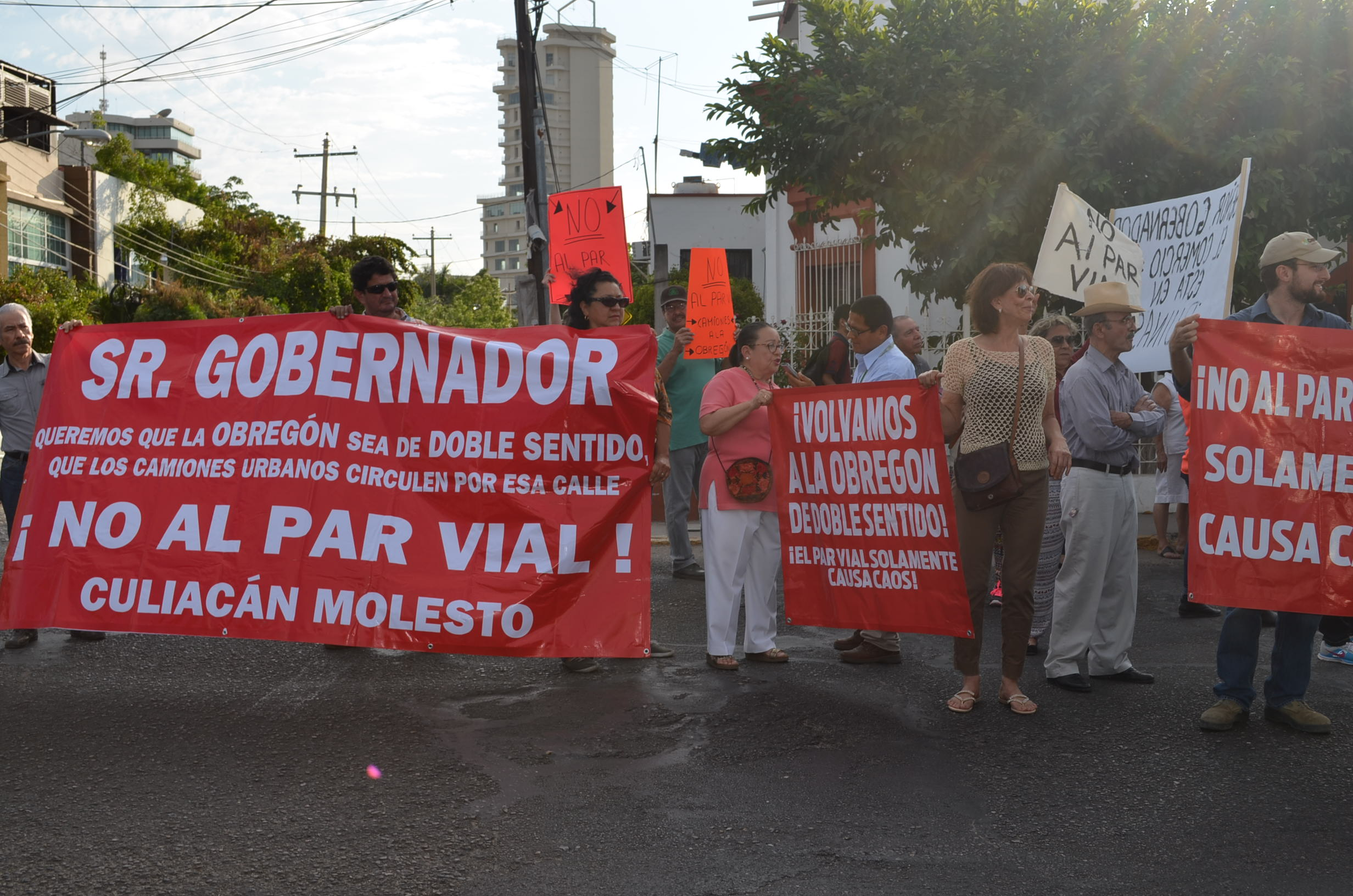 """Protestan miembros del colectivo """"No al par vial"""" y habitantes afectados por las nuevas rutas urbanas. Fotografía: Gabriela Sánchez"""