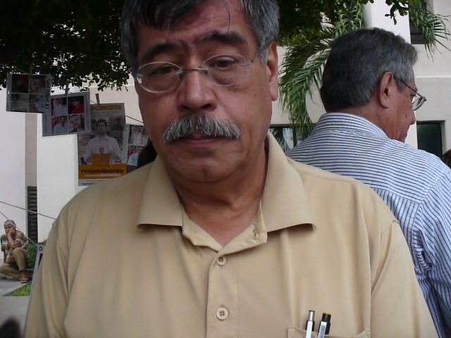 Maestro Oscar Loza, apoyando a familiares de desaparecidos. Fotografía: Gabriela Sánchez